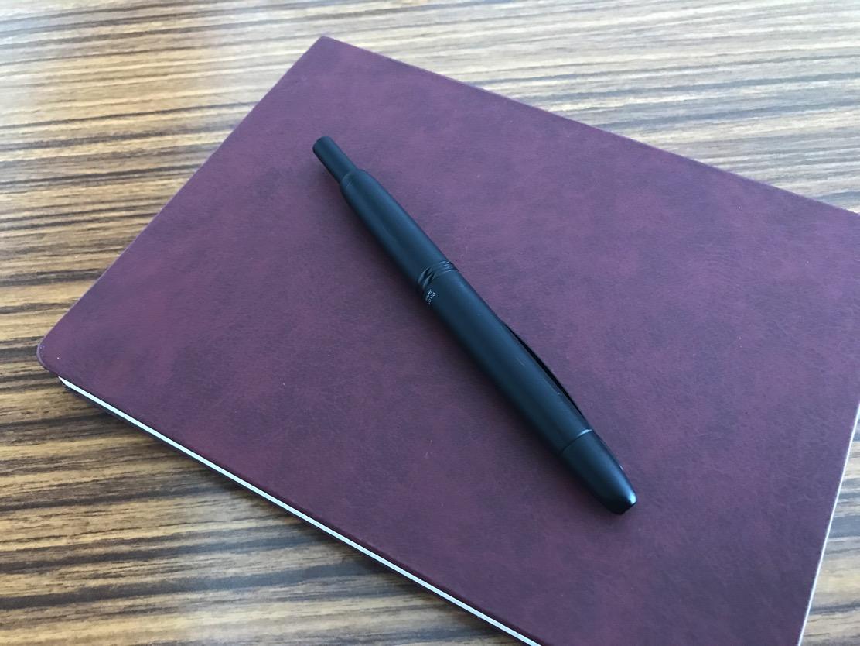 キャップレス PILOT ノック式の万年筆ってあるんですよ。使いやすさ抜群なので初心者にもオススメしたい!