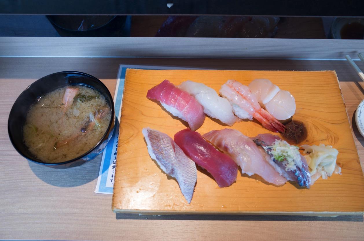 立ち食い弁慶(新潟市中央区万代島 ピア万代)佐渡の美味しいお寿司を立ち食いで!【おまかせ握り(8貫)】はコスパ最高!