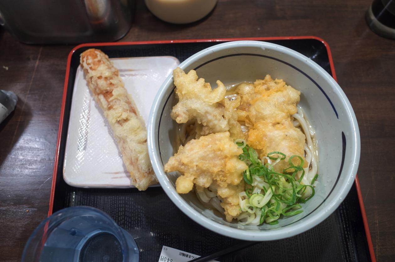 おにやんま 新橋店 サラリーマンの街の人気立ち食いうどん店。コスパ最高!天ぷら最高!当然うどんも美味い!