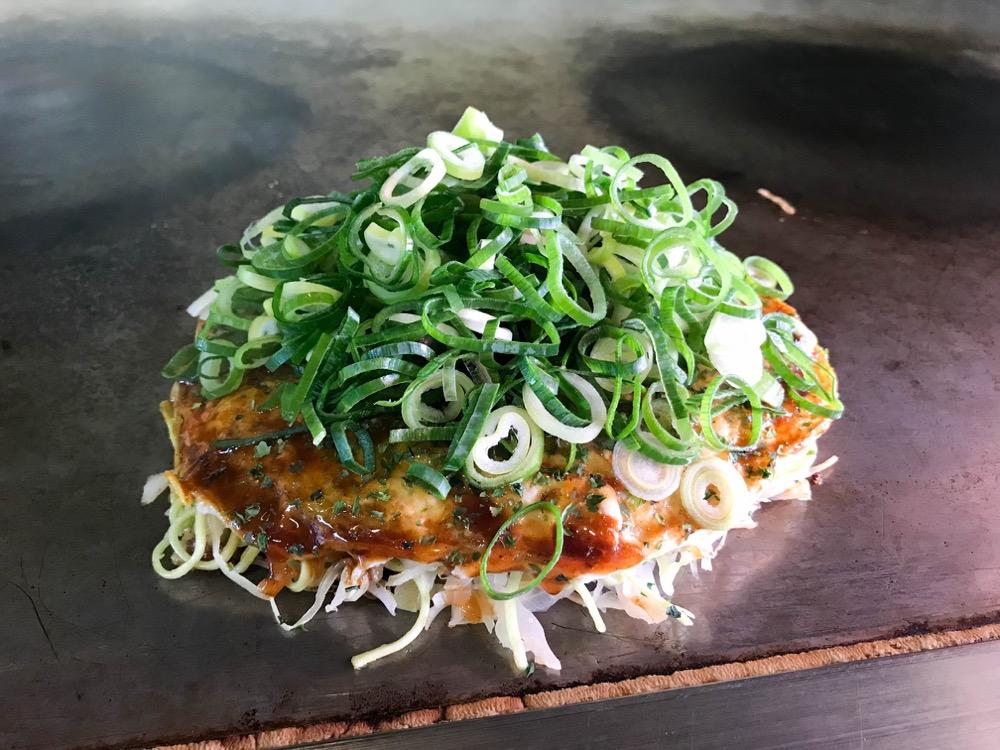 キミッツ(広島市安佐南区八木) 種類豊富な自家製麺で作るお好み焼きはキャベツの甘さをしっかり感じられる逸品。